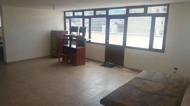 Arriendo Excelente oficina en edificio sobre la 7ma. 2 baños