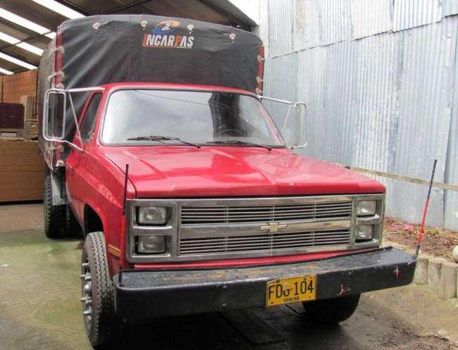 Excelente Camión Chevrolet de carga con estacas