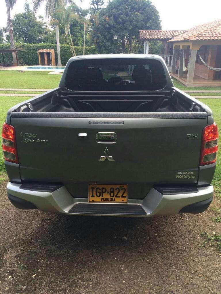Camioneta 4x 4 Mitsubishi Sportero Gris Modelo 2016