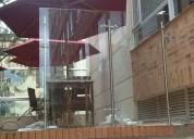 Fachadas y divisiones en vidrio templado y acero