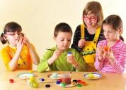 Se cuidan niños y se les da taller de manualidades