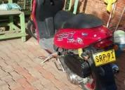 Hwrmosa moto um 125 escuter buenisima color rojo