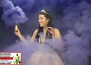 Venta de bengalas de humo en diferentes colores.