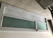 Vendo puerta de lámina y vidrios para baño